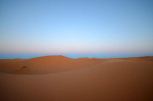 Color del cielo al amanecer en el desierto del Sahara