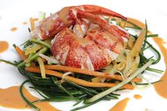 Astice mezzo astice con insalata di verdure cotte e crude, salsa all'aceto di dragoncello