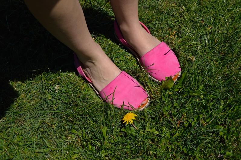 lara-vazquez-madlula-bog-details-pink-mallorquinas
