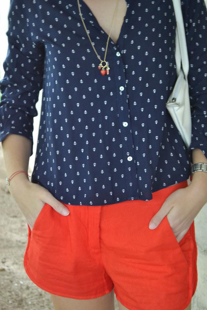 ¿Con qué puedes combinar una camisa marinera?