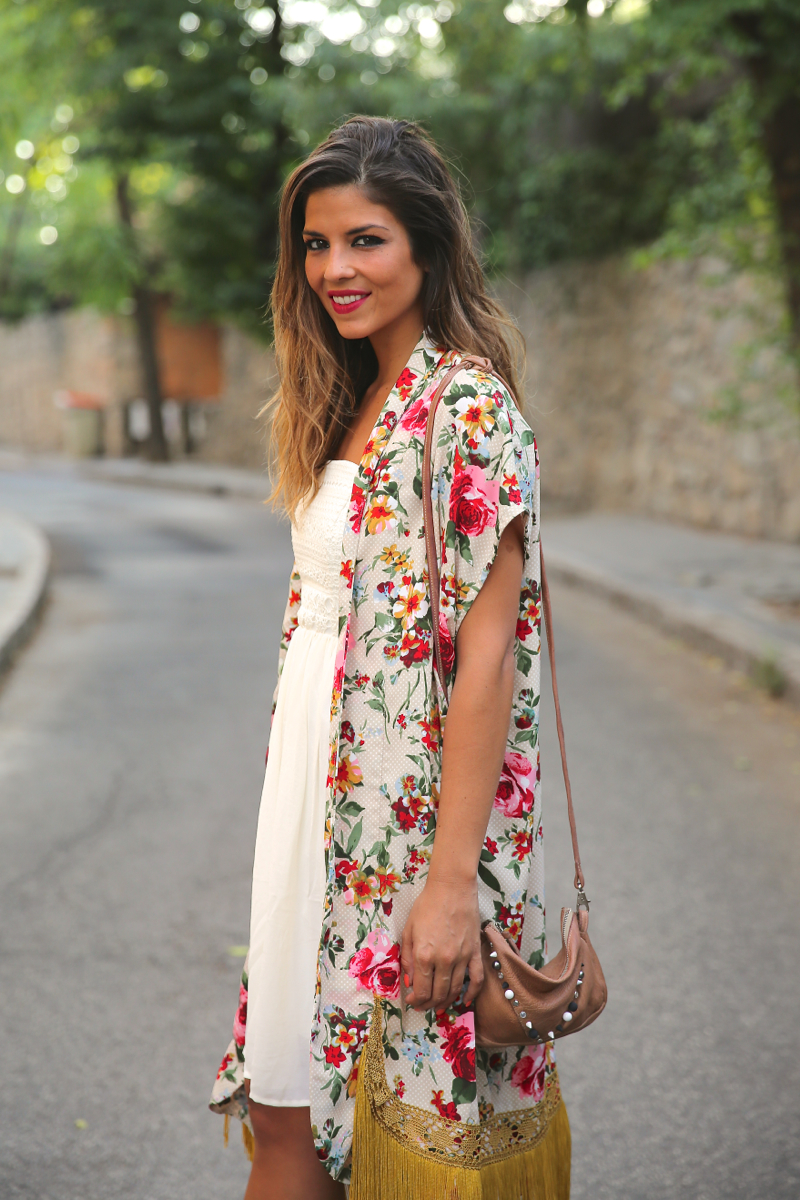 trendy_taste-look-outfit-street_style-ootd-blog-blogger-fashion_spain-moda_españa-kimono-vestido_blanco-vestido_verano-playa_beach-dress-cowboy_booties-botines_camperos-6