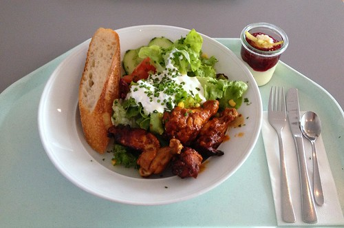 Sommersalat mit Chicken Wings in BBQ-Sauce, Sour Cream & Baguette