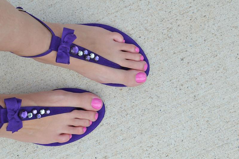 sandalias lilas y esmlate rosa