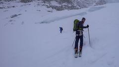 Zjazd ze szczytu Gran Paradioso 4061m lodowcem Laveciau, do schroniska Rif. F. Chabod 2750m. Piotr.