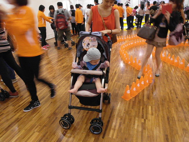 看到別人推著寶寶來試乘,感覺車體不會像戰車一樣超大台的@Combi御捷輪III手推車2014新品上市體驗會