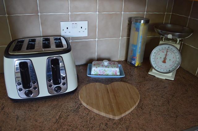 photo of russell hobbs cream heritage toaster
