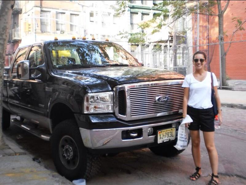 Nueva York: coche grande camiseta blanca shorts negros