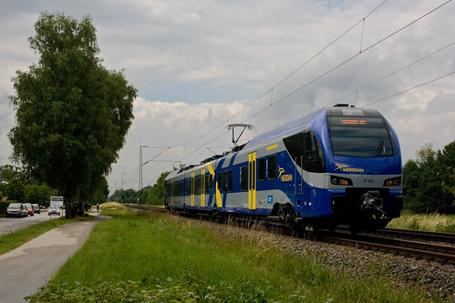 ET 353 fährt einen Verstärkerzug, der in Deisenhofen endet