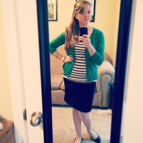 What's this? A pencil skirt with a shirt OVER it?! This is #sharpdressedlady madness! #ootd I really like this outfit - comfy, cute and featuring green ;)