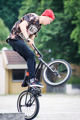 bicycle motocross(1.0), wheel(1.0), vehicle(1.0), bmx bike(1.0), sports(1.0), flatland bmx(1.0), cycle sport(1.0), extreme sport(1.0), bmx racing(1.0), stunt performer(1.0), bicycle(1.0),
