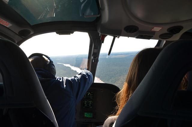 Interior del helicóptero sobrevolando Iguazú