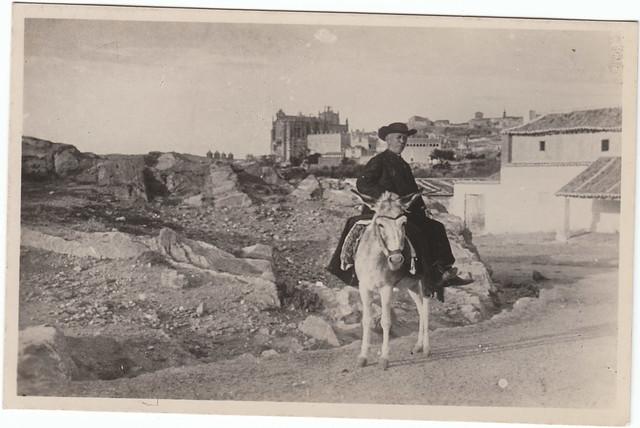 Cura en un borrico junto a la Venta del Alma a comienzos del siglo XX. Colección Luis Alba