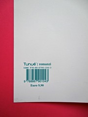 Romanzi, collana di Tunué edizioni. Progetto grafico di Tomomot; impaginazione di TunuéLab. Risvolto della quarta di copertina [Barison] (part.), 1