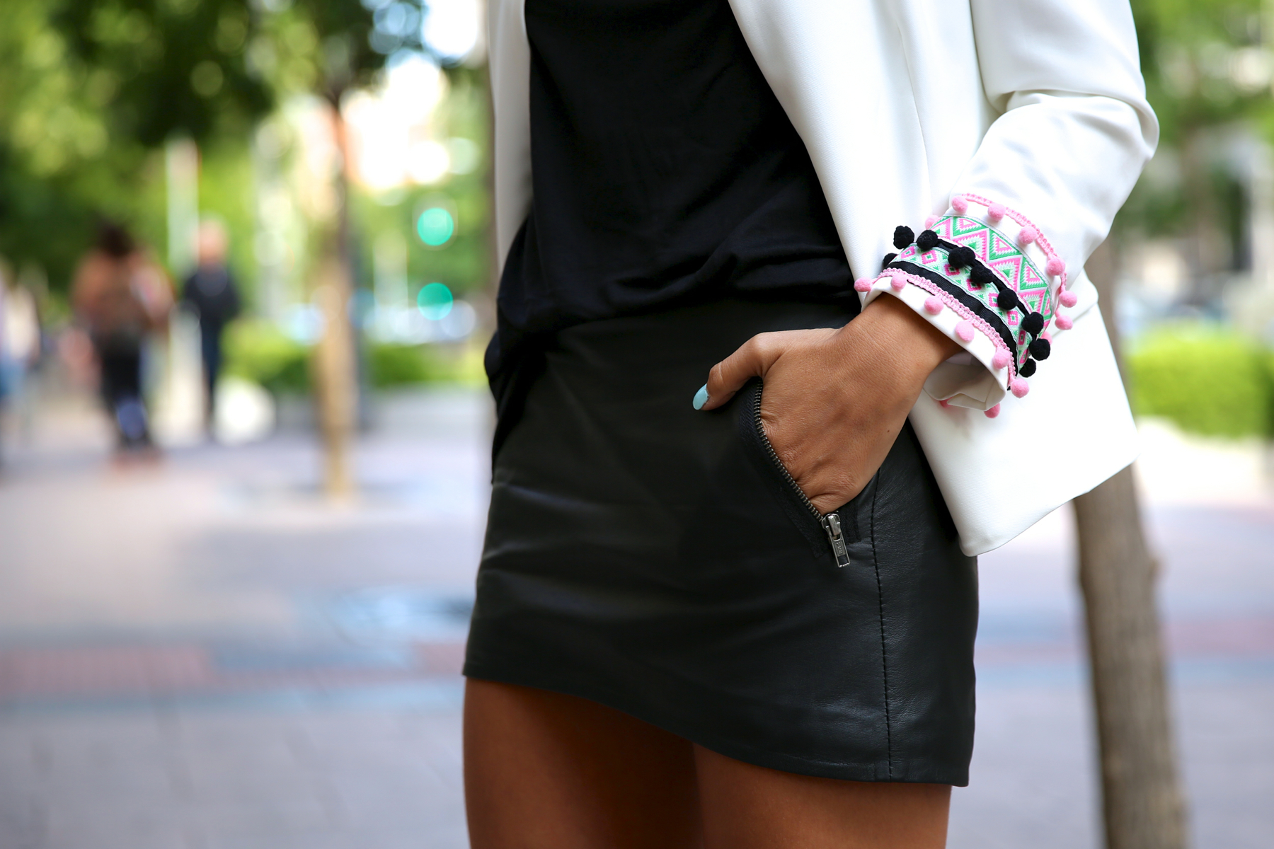 trendy_taste-look-outfit-street_style-ootd-blog-blogger-fashion_spain-moda_españa-starbucks-frapuccino-saint_laurent-falda_cuero-leather_skirt-chic_place-stella_rittwagen-bolso_plata-silver_clutch-4