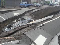 高雄氣爆造成路面凹陷,汽車陷於其中。攝影:孫凡甯