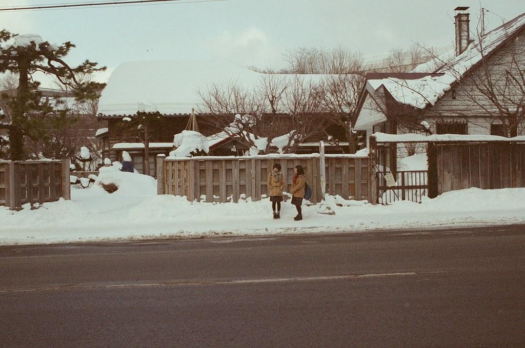 小樽 Otaru 北海道 / Fujifilm 500D 8592 / Nikon FM2 我站在對面偷拍了這張,那時候鏡頭停了很久,想要等一下完美的畫面。當我按下快門的時候,安靜的街道讓我的快門聲格外的引人注意。  的確,也引起她們的注意,右邊的女孩還有點小驚訝,但左邊的女孩卻異常的冷靜!  我有點緊張與不好意思,向她們點頭表示一點點的感謝之意。  Nikon FM2 Nikon AI AF Nikkor 35mm F/2D Fujifilm 500D 8592 1119-0029 2016/02/02 Photo by Toomore