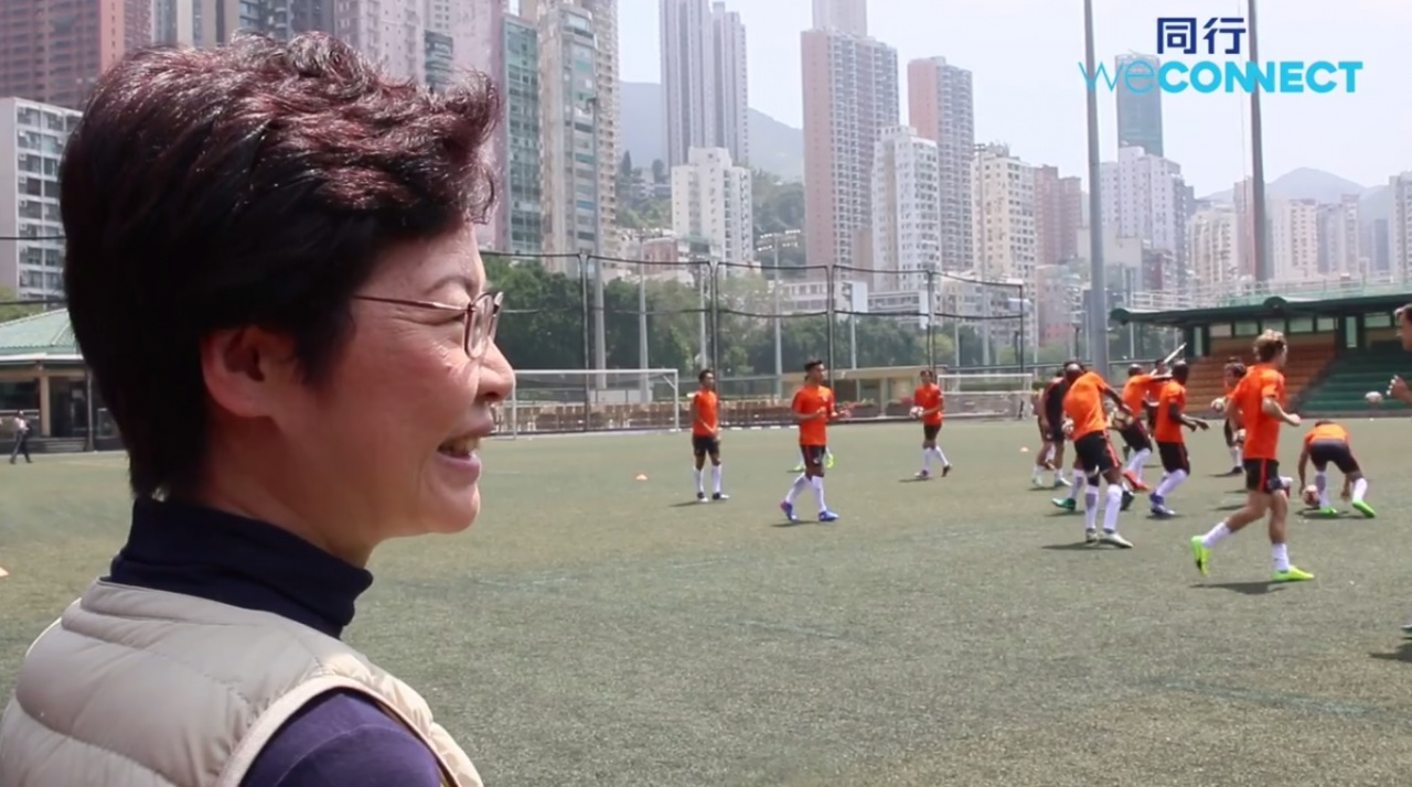 林鄭及其競選團隊看罷代表隊晨操後,再向一眾港腳訓話,內容卻盡現她對香港足球界的無知與不尊重。(林鄭辦公室FB影片截圖)
