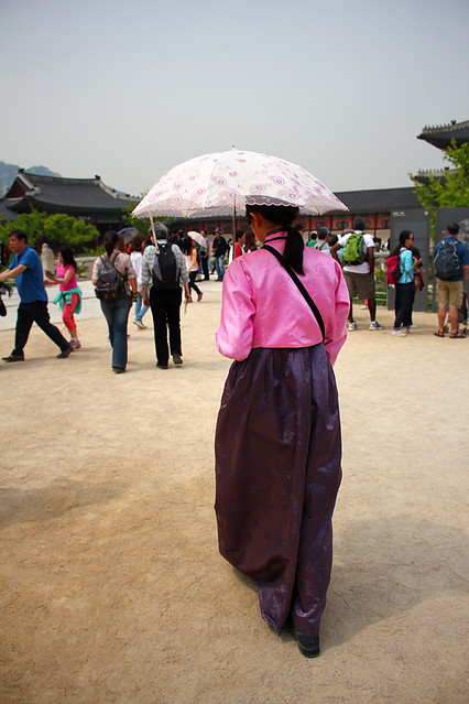 Tour guide in traditional hanbok - Gyeongbokgung Palace - Seoul