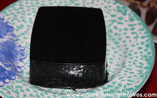 Lasaña negra de gambones y patata sobre salmorejo de piquillos www.cocinandoentreolivos (28)