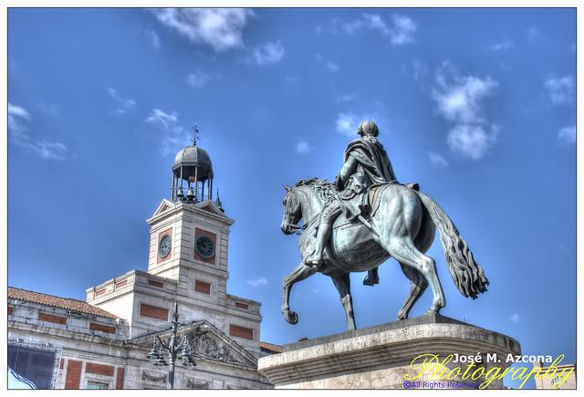 Madrid. Puerta del Sol. Estatua de Carlos III y Reloj de Gobernación.