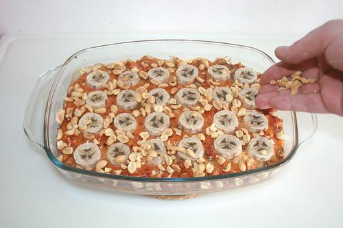 47 - Erdnüsse darüber verteilen / Spread with peanuts