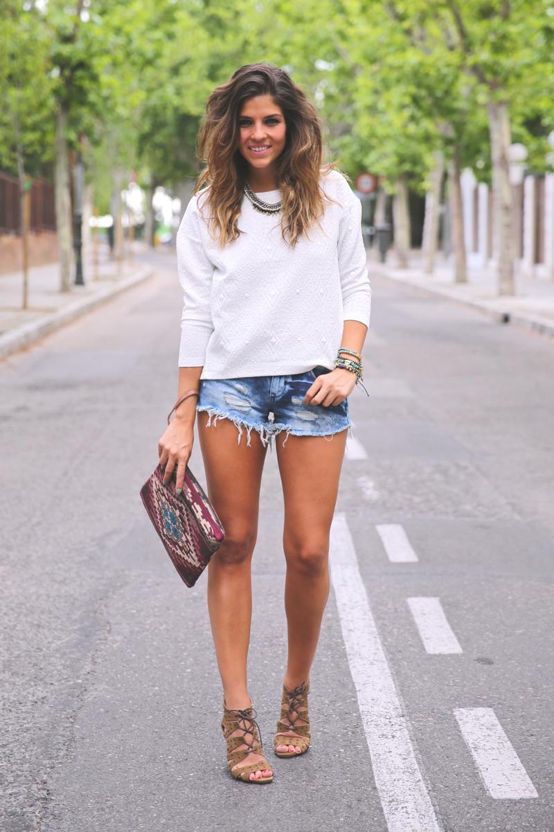 trendy_taste-look-outfit-street_style-ootd-blog-blogger-fashion_spain-moda_españa-denim_shorts-shorts_vaqueros-top_blanco-white_top-sandalias_cordones-ethnic_cluth-clutch_etnico-el_corte_ingles-11