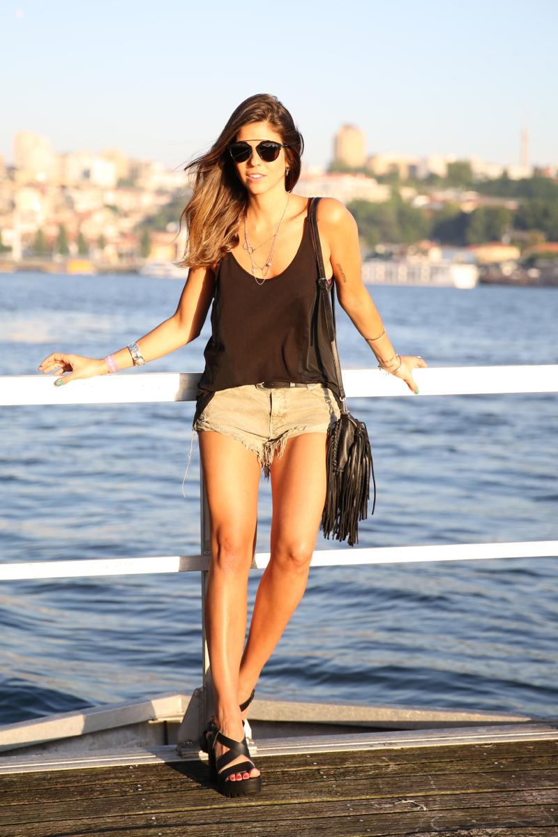 trendy_taste-look-outfit-street_style-ootd-blog-blogger-fashion_spain-moda_españa-salsa_jeans-dior_gafas-bolso_flecos-fringes_bag-khaki_shorts-shorts_caqui-grey_tee-camiseta_gris-verano-porto-portugal-14