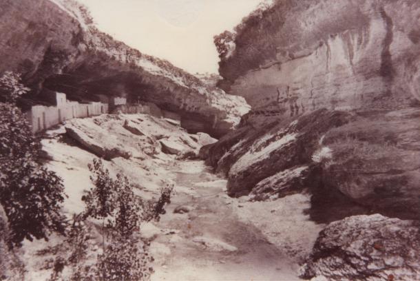 Imagen de las Cuevas Román, la gran olvidada de Setenil, en la fotografía publicada por la Editorial Arribas en 1968