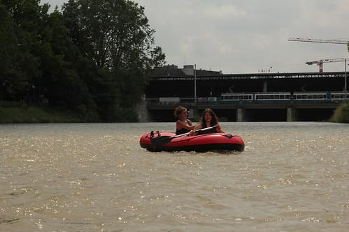 Gummiboot ( Schlauchboot ) unterwegs auf der Sihl ( Fluss - River ) in der Stadt Zürich im Kanton Zürich in der Schweiz