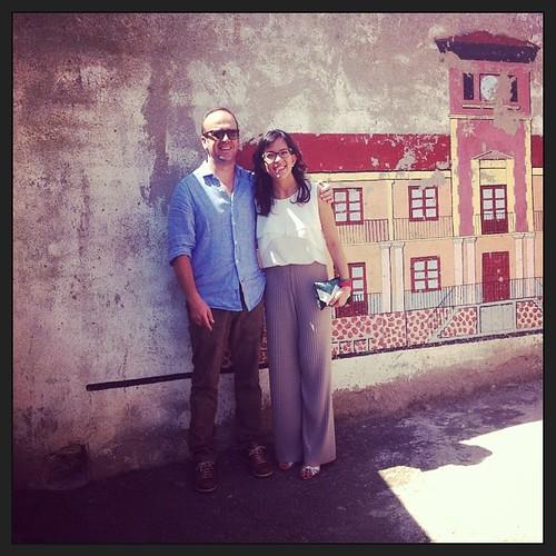 Con mi hermana Paatri en San Panta #fiestasdemestanza (y el mural del fondo lleva algo mío y es de 1986) buf!