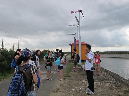 李泳宗向民眾講解風車,後方即為李泳宗自行研發之水平軸風車。