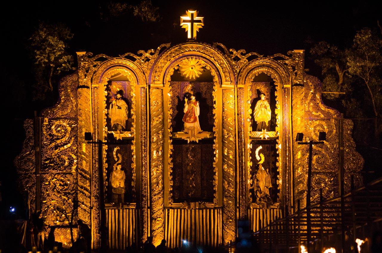 Un enorme retablo adornado de retazos de las marquerías luce en la Barraca de Koki Ruiz. En la noche del Viernes Santo, otra edición de Tañarandy recordó los 250 años de la expulsión de los jesuítas del Paraguay. (Elton Núñez).