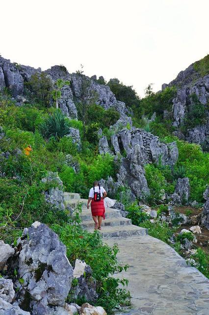 Mbak Terry dari blog.negerisendiri.com sedang menaiki tangga menuju pelataran Patung Yesus.