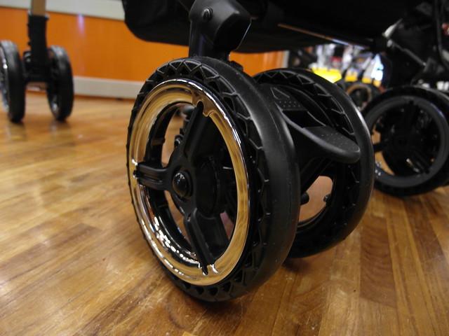 手推車的輪子有吸震的蜂巢狀網格@Combi御捷輪III手推車2014新品上市體驗會