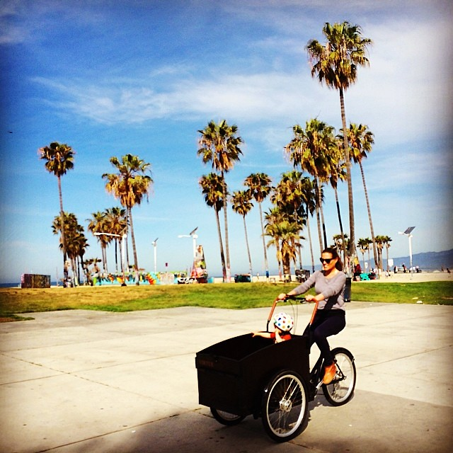 This kid's got it made! #nicewheels #coolbikebro #passengerwin #venicebeach