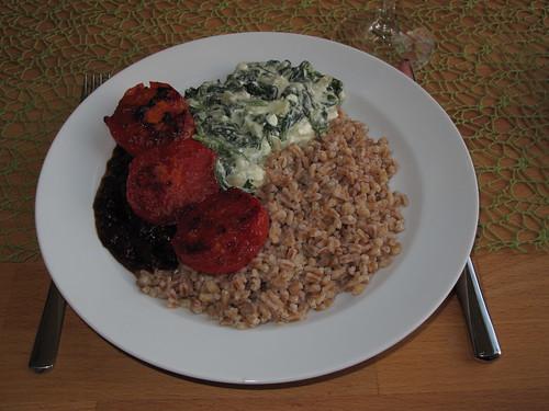 """""""Dinkel wie Reis"""" zu Tomaten in scharfer Tomatensoße und frischem Spinat mit Schafskäse"""
