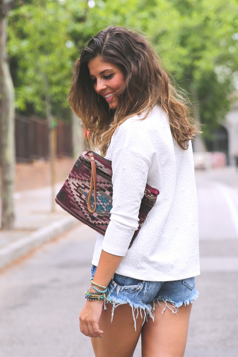 trendy_taste-look-outfit-street_style-ootd-blog-blogger-fashion_spain-moda_españa-denim_shorts-shorts_vaqueros-top_blanco-white_top-sandalias_cordones-ethnic_cluth-clutch_etnico-el_corte_ingles-8