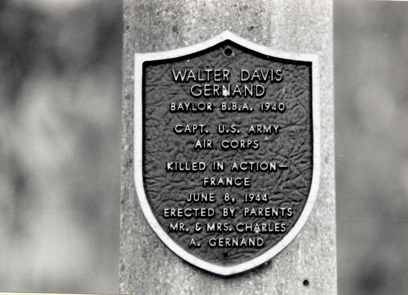 Walter Davis Gernand plaque on a memorial lamppost at Baylor University