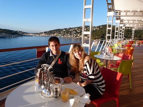 Desayunando a bordo del Costa neoRiviera en el puerto de Toulon