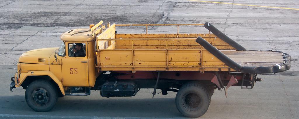 Москва. Вылет задерживался, делать было нечего. Багажевоз в Баландино Автомобиль для транспортировки багажа в аэропорту Челябинска CEK в 2014 году :)