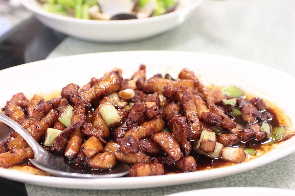 蒜仔肉,三層肉切成條狀,醬汁則是帶著鹹甜的口感,頗下飯的