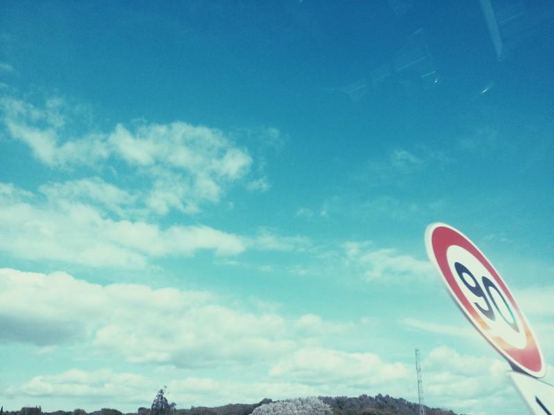 Foto de una señal en la carretera