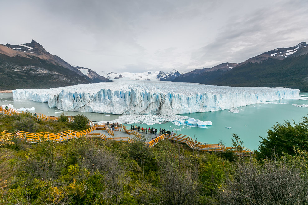 La vista central del Glaciar Perito Moreno y sus pasarelas, que permiten a turistas de todas las edades y de todas partes del mundo admirar la grandeza de una de las maravillas del planeta tierra. (Tetsu Espósito).