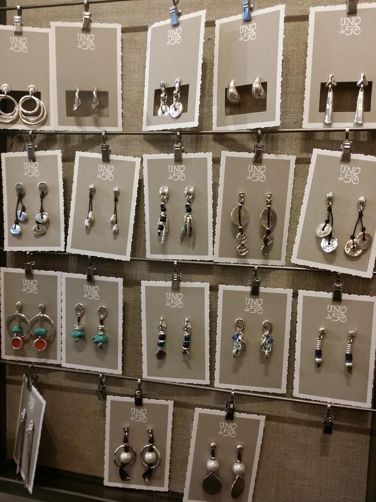 Uno-de-50-earrings