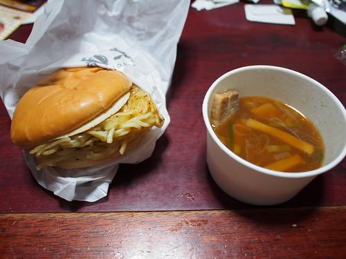 ロッテリアのつけ麺バーガー食べてきた、まずくないけどくっける必要あるの?と問い詰めたい
