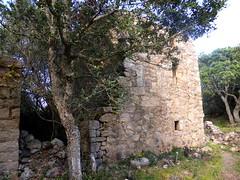 Hameau de Pruna : l'arrière de la 3ème grande maison ruinée avec la partie attenante