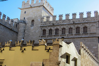 Bild av Silk Exchange. sky detail valencia architecture buildings spain flag gargoyles crowns silkexchange cosmostour llotjadelaseda tourtoeuropeinseptnov2012