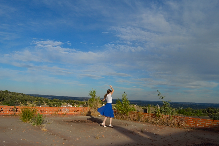 lara-vazquez-madlula-blog-style-fashion-blue-midi-skirt-blue-sky