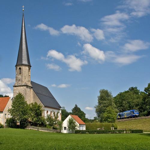 Ein unbekannt gebliebener ET fährt an der Föchinger Kirche zur »Schmerzhaften Mutter Gottes« vorbei
