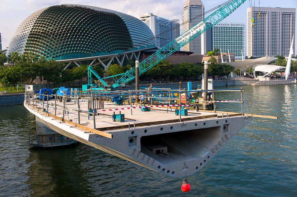 The changing Singapore landscape - the building of an additional bridgre across Marina Bay
